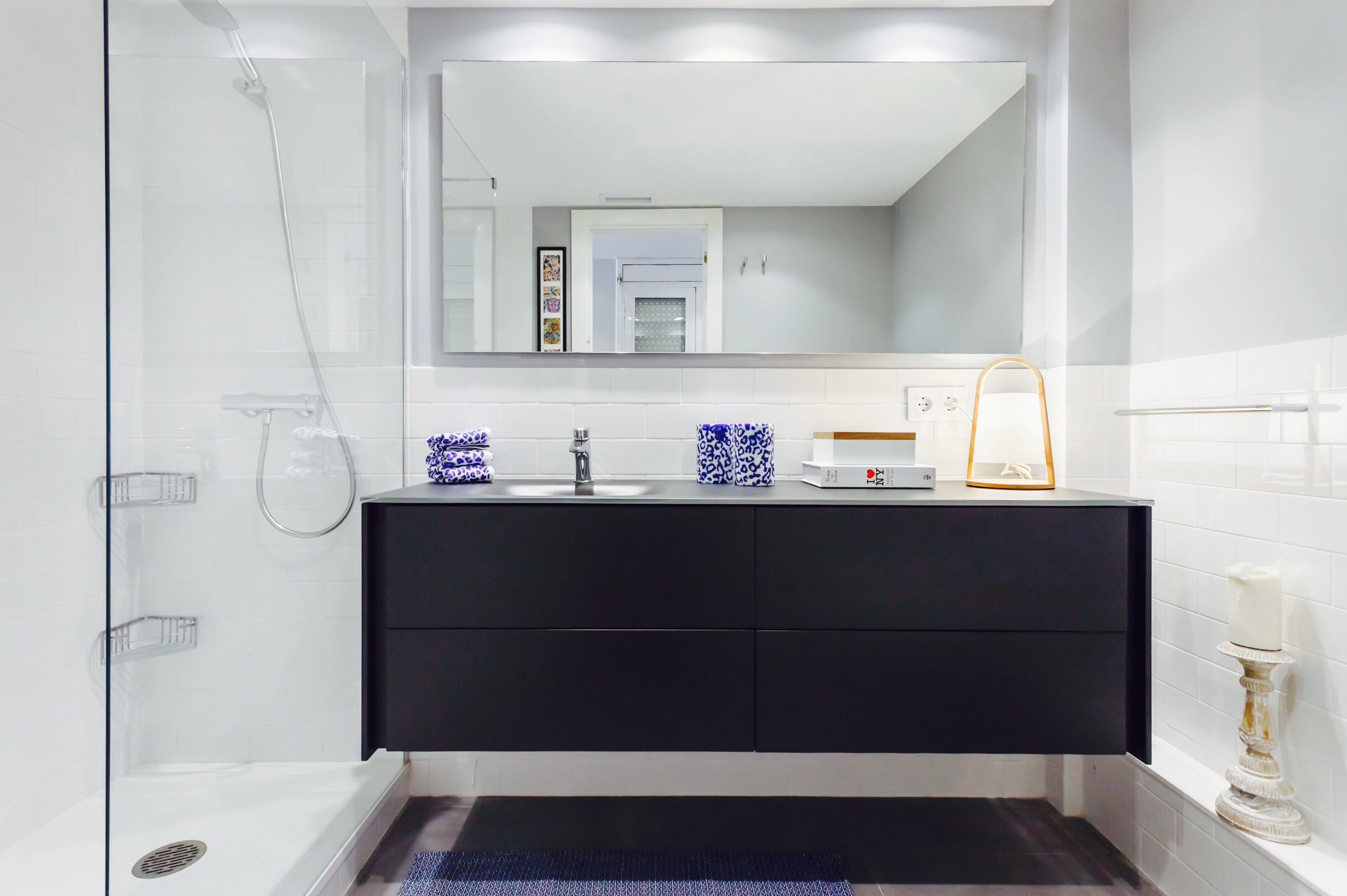 dISEÑO Y MUEBLES DE BAÑO - Sabemos que el cuarto de baño es uno de los espacios más íntimos de tu hogar y requiere de una sensibilidad especial. Nosotros somos especialistas en el diseño de baños a medida y proyectaremos, de acuerdo a tus necesidades, un espacio idóneo para tu bienestar y cuidado personal, para que ello sea posible tendremos en cuenta hasta el más mínimo detalle, ofreciéndote en cada momento una solución adecuada, estética y funcional para conseguir tu máxima satisfacción. Tenemos para ti, el diseño ideal: Baños modernos, clásicos o de lujo, para que sea cual sea tu estilo, podamos encontrar uno que se ajuste a tus necesidades. Contamos con las últimas tendencias del mercado en todo tipo de componentes para baño: Mobiliario, lavabos, inodoros, bidés, bañeras y platos de ducha, mamparas, accesorios de baño, griferías, radiadores, espejos clásicos y retro iluminados, pavimentos y revestimientos.