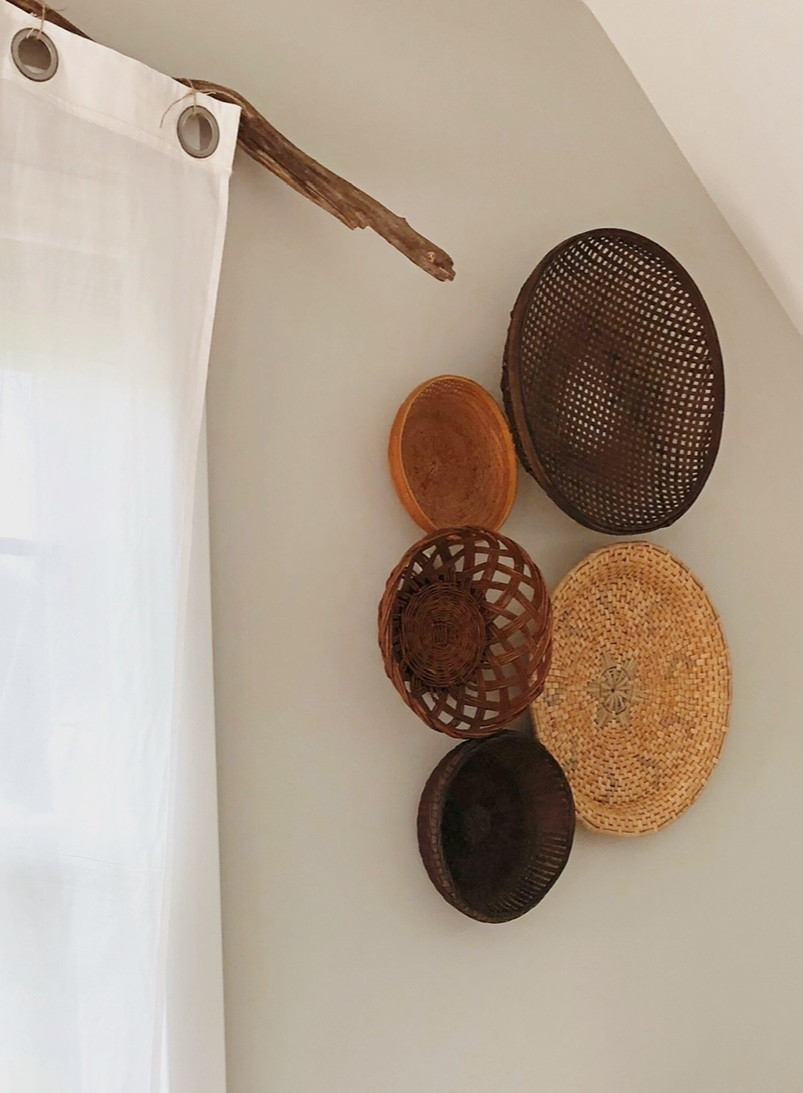 Wicker tray wall feature