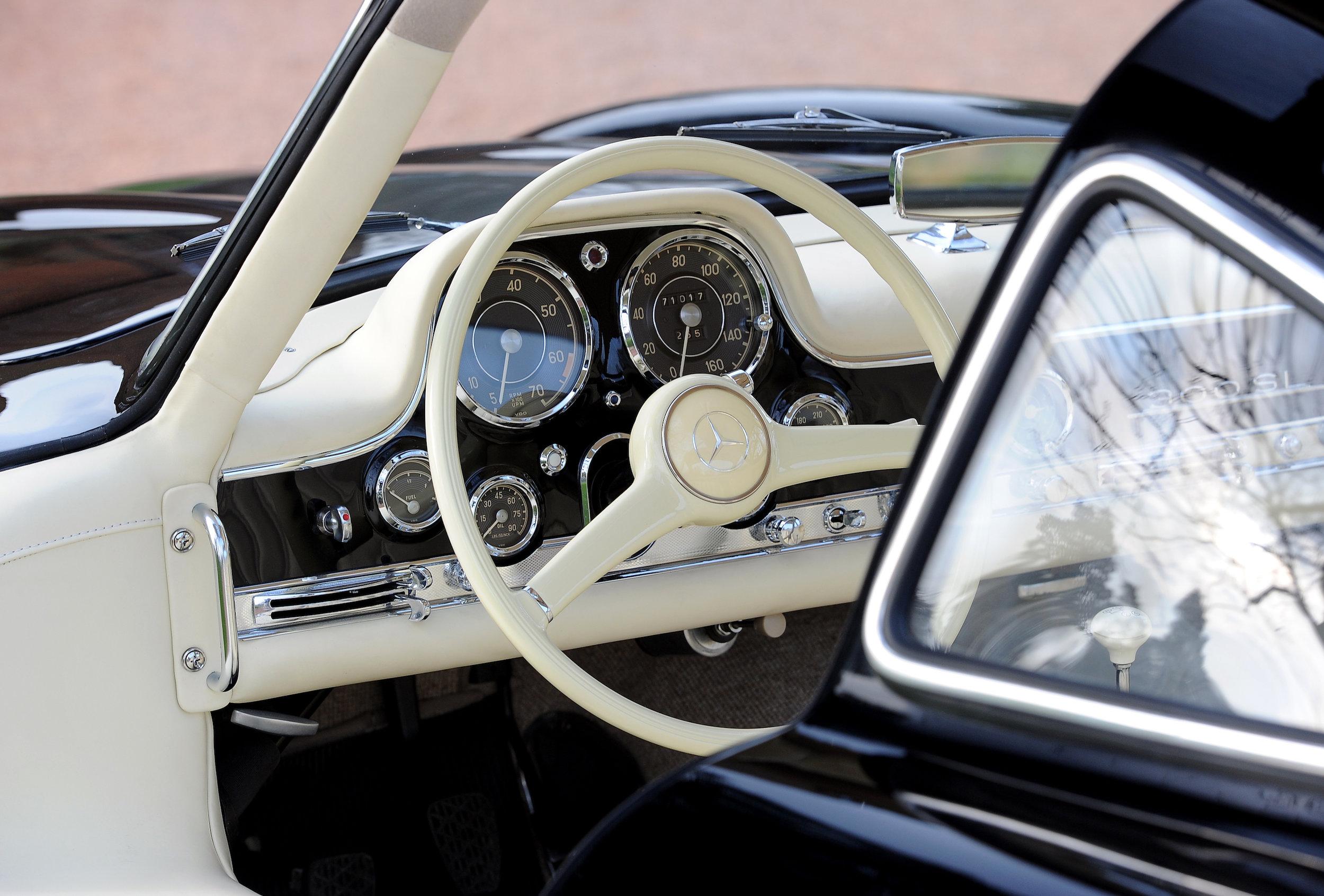 06 Mecedes Steering Wheel CU.JPG