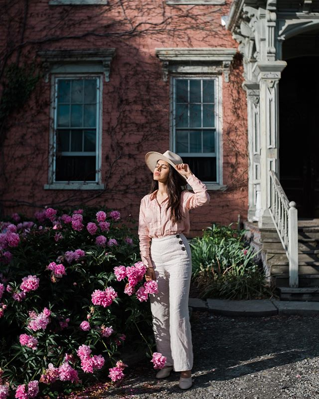 They told us Hudson was like Brooklyn except for it was more like farm to table. Everyone told us we would fall in love and that we did. This was my favorite home on Warren st.😍 It also had a peony garden. What else do you need? Thanks to @boden_clothing for the perfect weekend linen outfit for upstate.❤️😊🌿 #bodenbyme  #bodenpartner #headtotoeinboden #ad