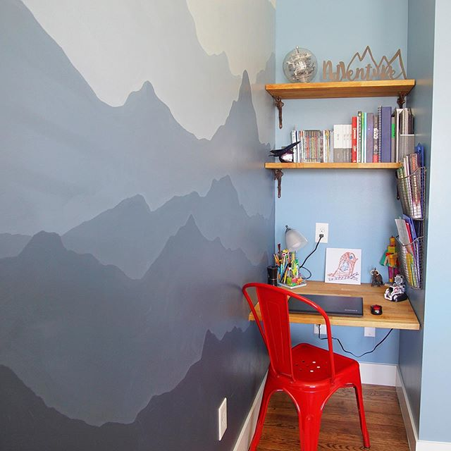 Organization doesn't always = baskets + bins. You can have an organized space just by making sure every item has a home.  There's a place for everything on this desk! ▫️ ▫️ #organizedmom #organizedkids #styleinspo #kidsroom #kidsdecor #organization #homework #kidsroomdecor #mountains #wallmural #colorado