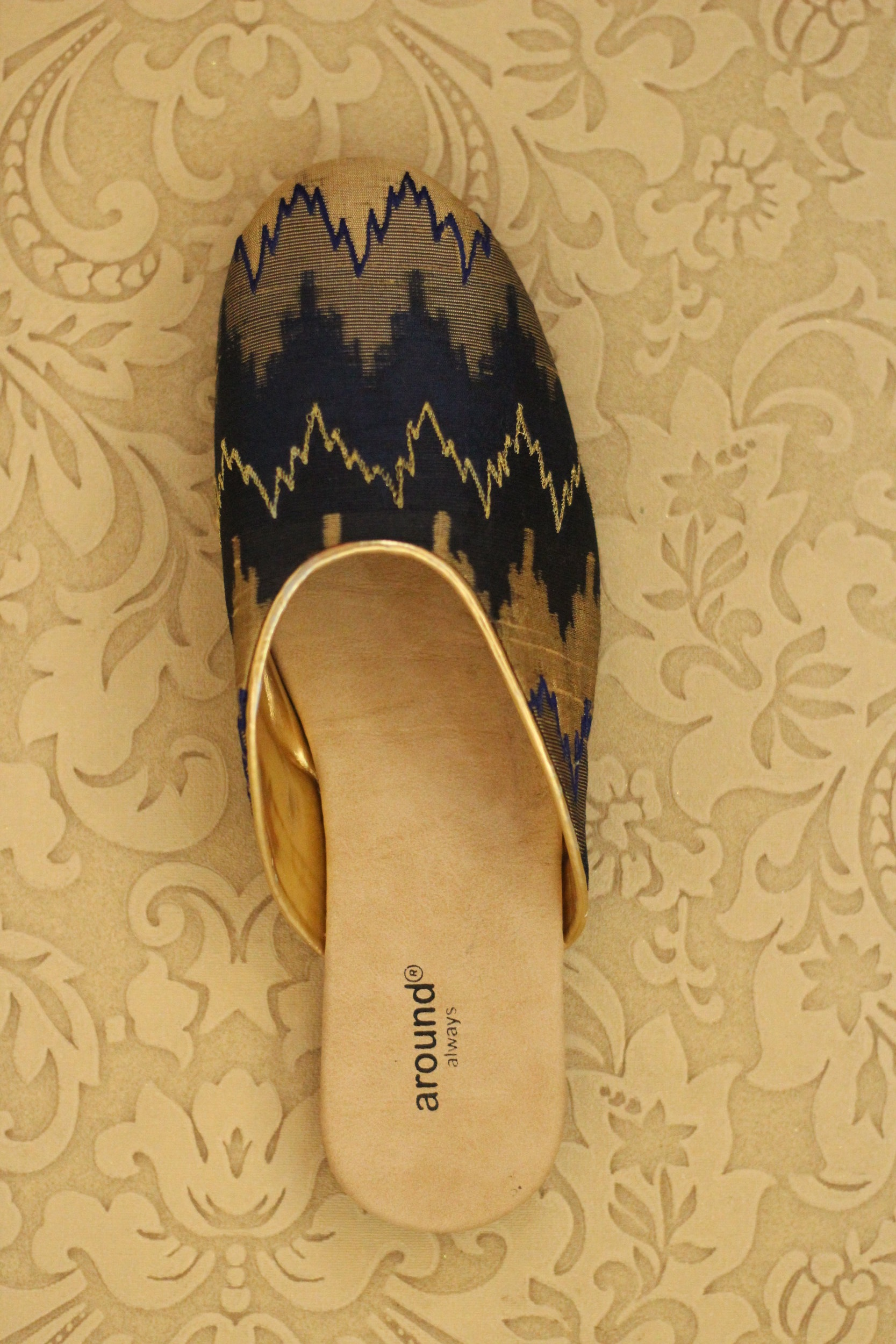 LINEAR DRIFT - BLUE - Easy to wear slip on in shades of blue makes it a sure go with your denims
