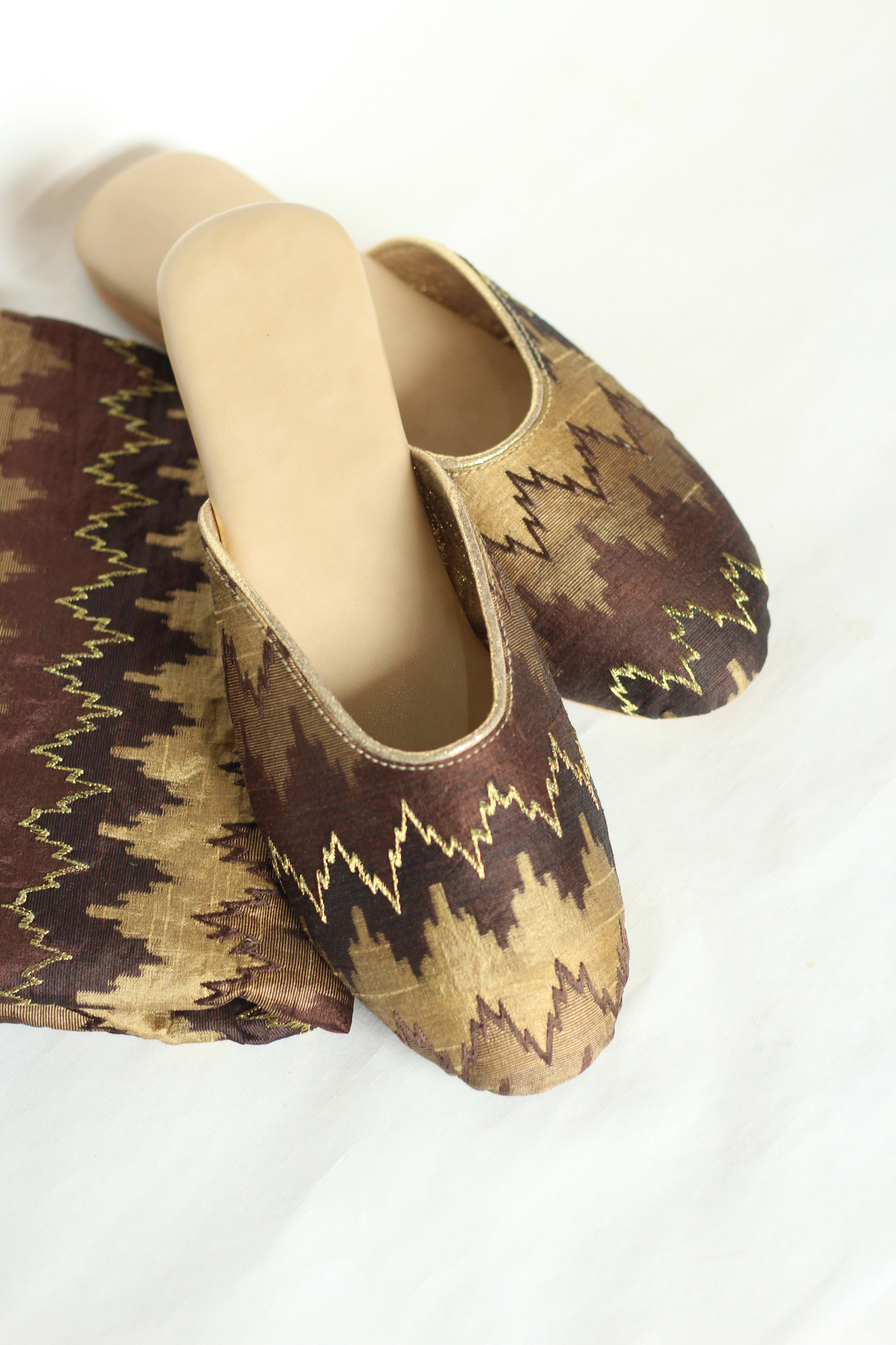 LINEAR DRIFT - BROWN - Easy to wear slip on in warm, earthy colour makes it perfect for all the casual outings