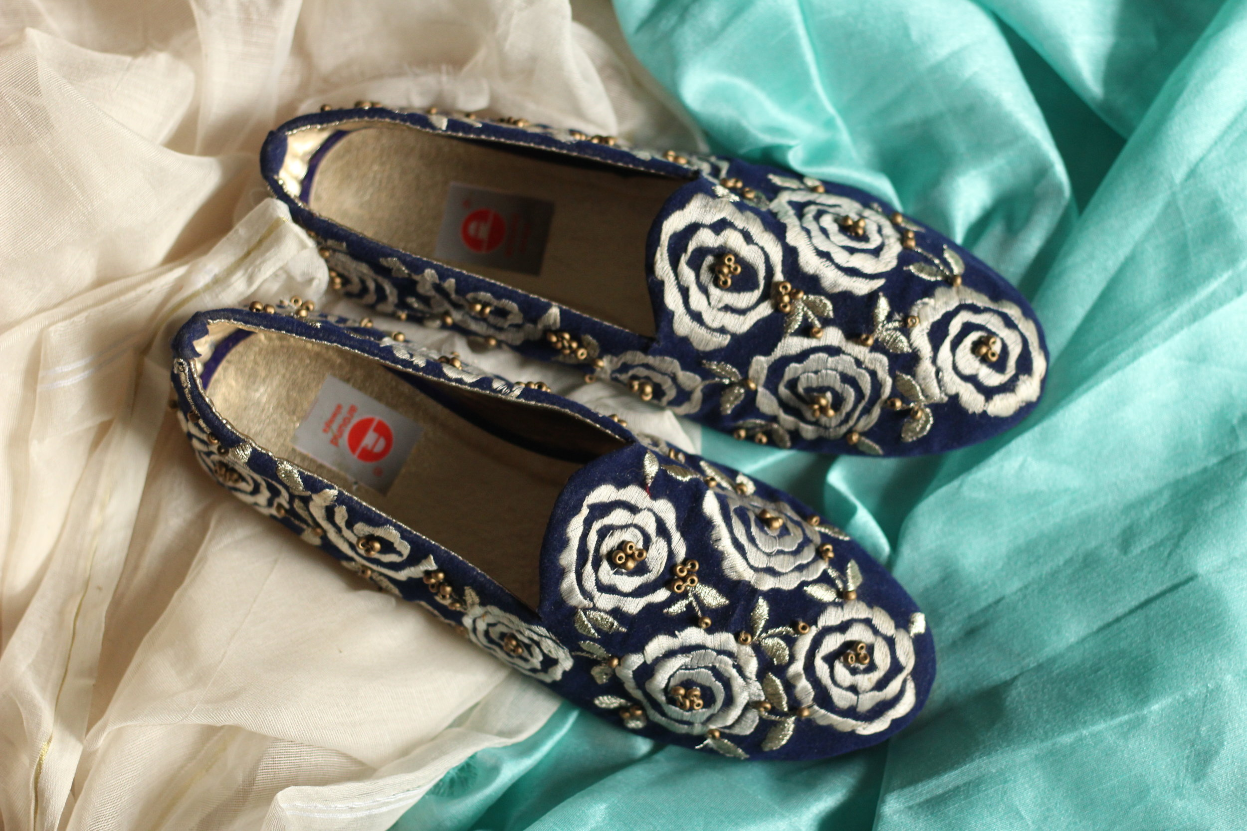 Gulzaar - The luxurious feel of velvet teamed with the vivacious white lends your feet the charm it always craved for!