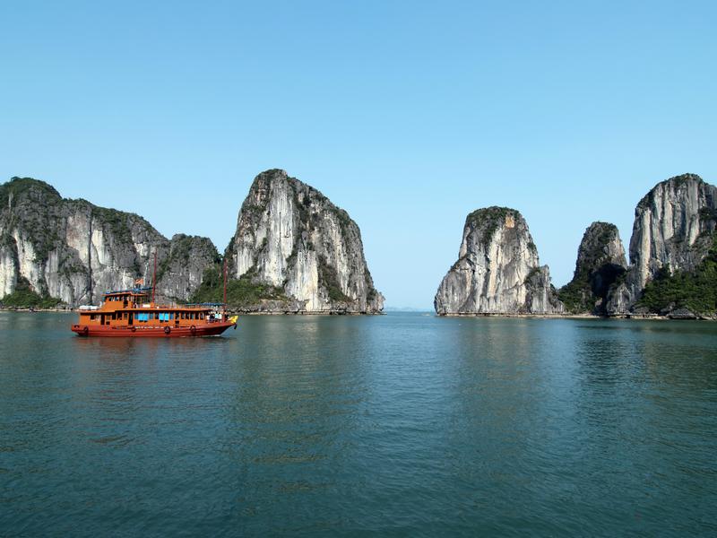 Boat-in-Ha-Long-Bay-2.jpg
