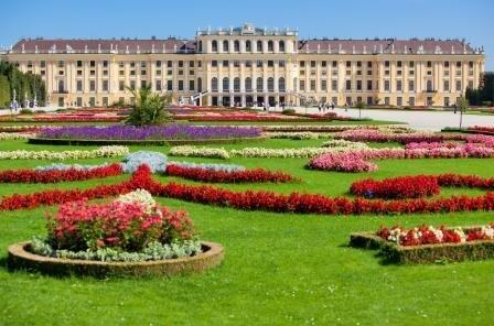 Schonbrunn Palace  photo: Chaoss/Dreamstime.com