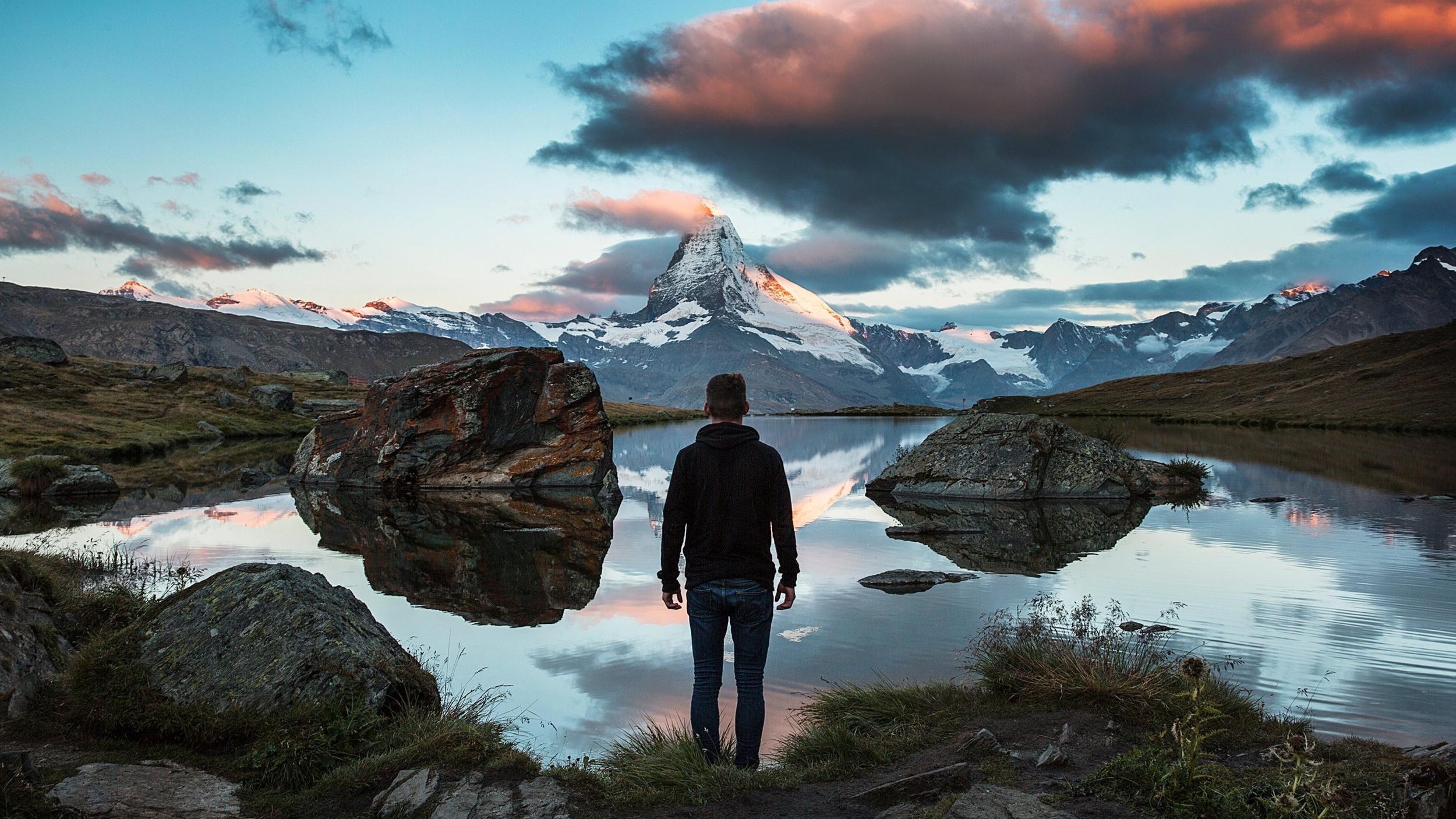 """CORE VISUALISERINGS - OG MEDITATIONSTRÆNING  Med Coretræning styrker du dig selv indefra, og giver dig selv plads til at stå stærkt, kraftfuldt og karismatisk.  Visualisering giver dig mulighed for at skabe et nyt perspektiv, når du føler mig fastlåst i en overbevisning.  På en nænsom, behagelig og effektiv måde kan du aktivere din forestillingsevne til at """"se"""" en anden og ny virkelighed, der kan kan virke så levende, at det aktiverer alle dine sanser. Det giver dig altså mulighed for at manifestere et nyt selvbillede og en ny historie.  Visualisering kaldes også for en guided meditation.  Visualiseringen kan også bruges, når du skal forankre en ny beslutning (commitment). Det at du kan """"se og mærke"""" resultatet, gør det lettere at tro på at det kan lade sig gøre, og holde momentum."""