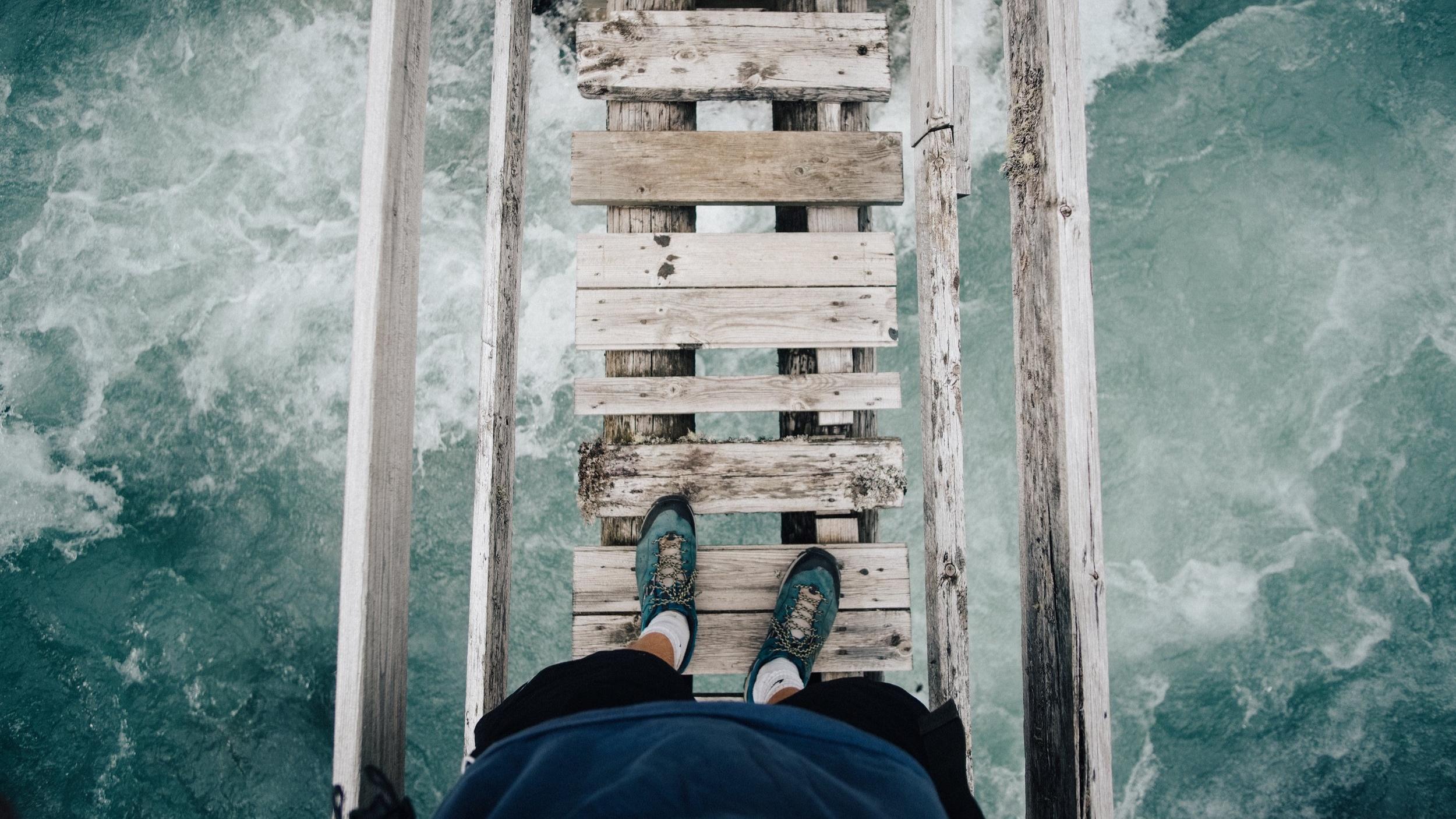 SKYGGECOACHING COMPASSION FOCUSED THERAPY (CFT)  CFT er oprindeligt udviklet til mennesker med en høj grad af selvkritik og skam og på hvilke traditionelle behandlingsmetoder derfor har mindre effekt. Skam, selvkritik og vanskeligheder ved følelsesregulering vides at spille en vigtig rolle i vedligeholdelsen af psykisk lidelse, og CFT's fokus på udviklingen af medfølelse og egenomsorg har vist sig effektiv i psykologisk behandling på tværs af diagnoser og terapiformer.  Når vi taler skam og selvkritik kommer vi heller ikke udenom selve skyggearbejdet, når du skal kigge indad. Uanset hvilken krise eller hvilket livsvendepunkt, vi står i, er der flere ting, vi kan gøre. Vi kan enten ignorere det, fortrænge det, eller håbe på, at følelsen forsvinder af sig selv igen. Eller vi kan kigge indad.  Når du arbejder med dine skyggesider, får du adgang til et større repertoire, hvilket fører til en større følelse af helhed. Når du har adgang til hele dig, vil du automatisk mærke en større balance.
