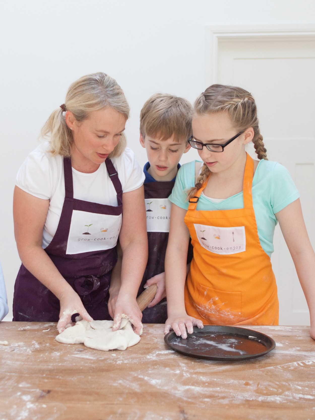 Jayne McGhee Teaching a Grow Cook Enjoy Class with children of different ages