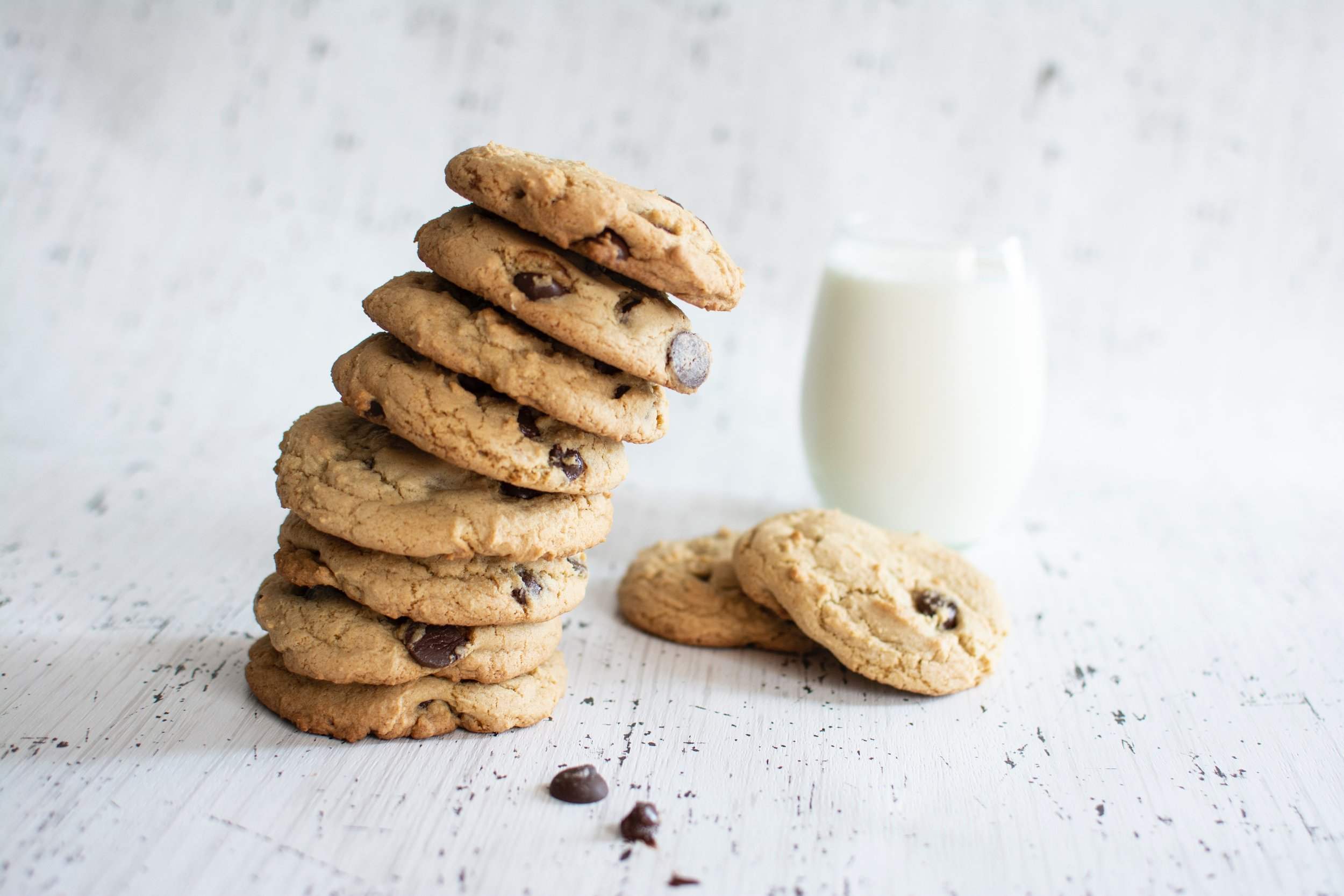 Pila de galletas Cookies sobre mesa blanca © Photo by  Christina Branco  on  Unsplash