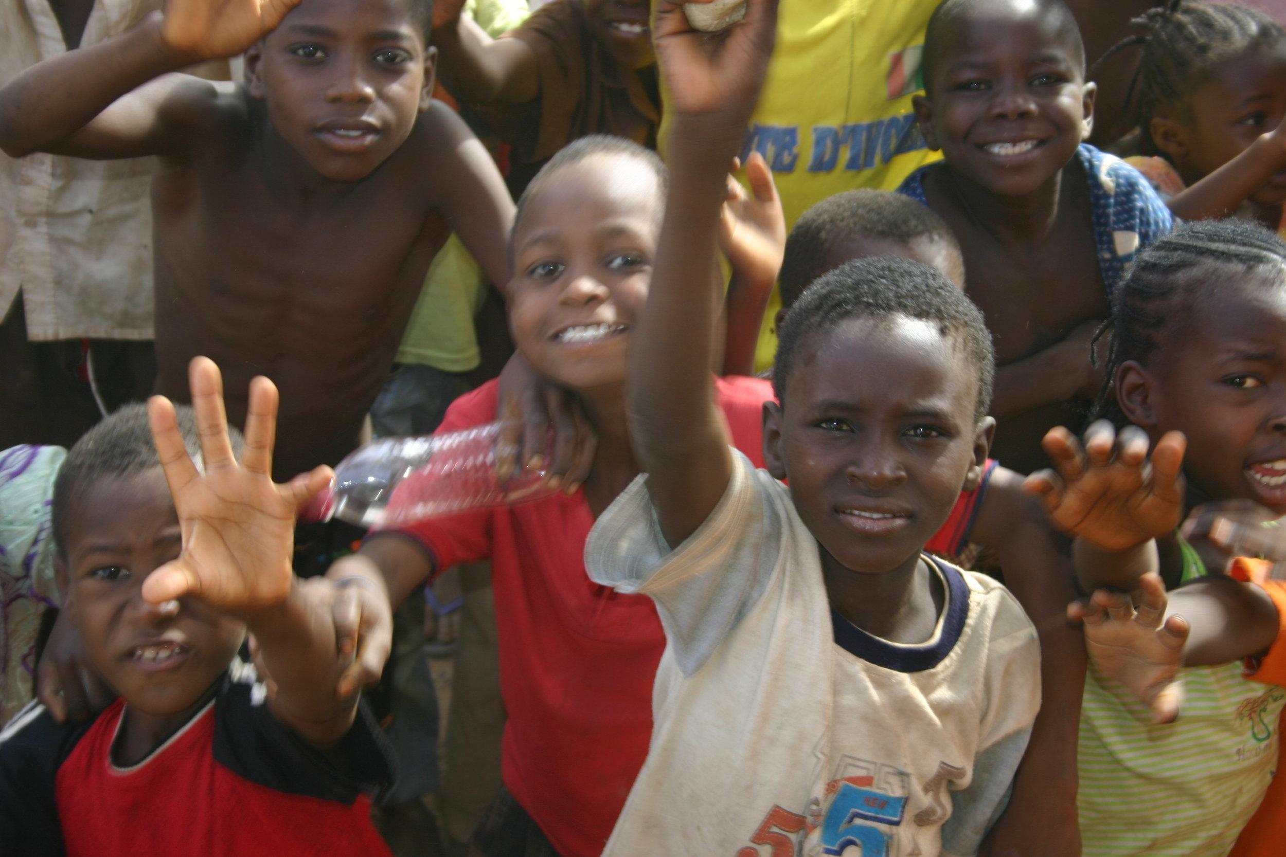 Niños de color en Liberia jugando