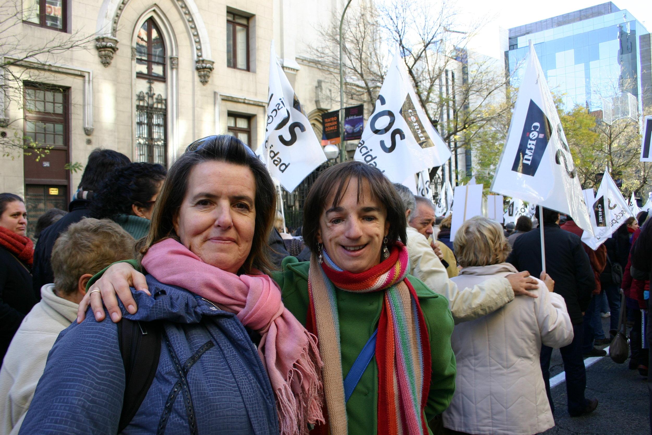 Vicky con una amiga en una manifestación