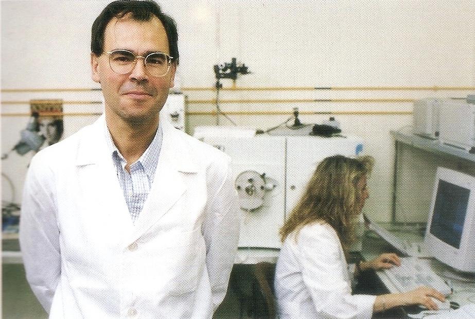 Jesús Vázquez en su laboratorio con una compañera al fondo