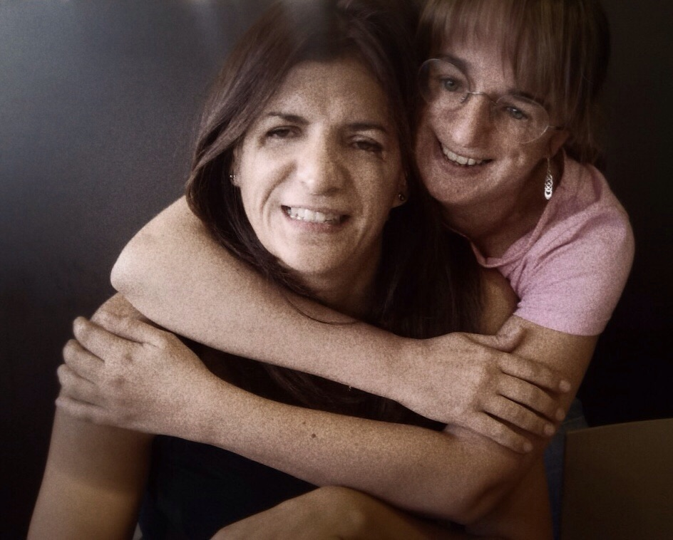 Vicky abrazando a Susana Lázaro