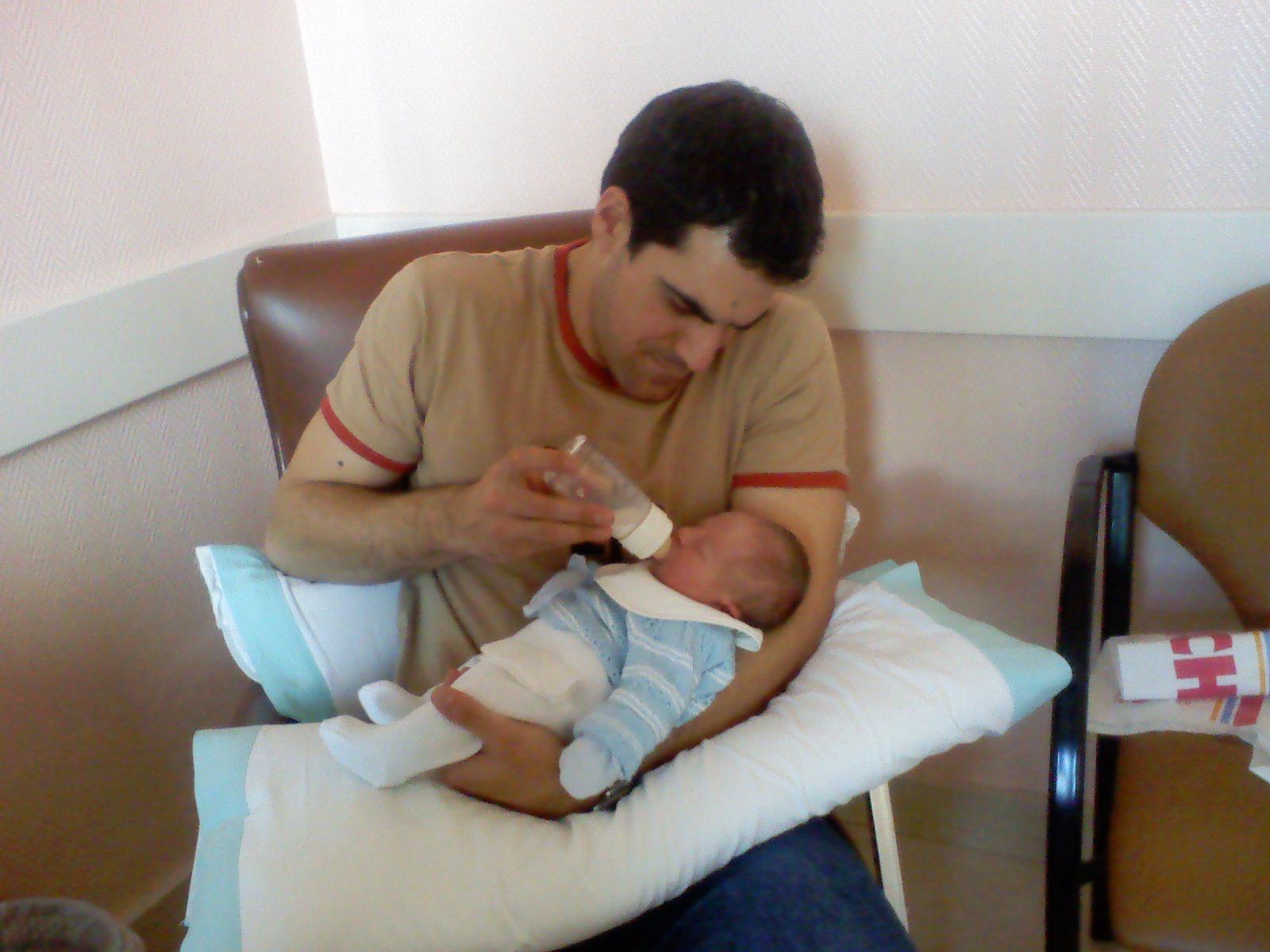 Javier, recién nacido, con su padre dando el biberón