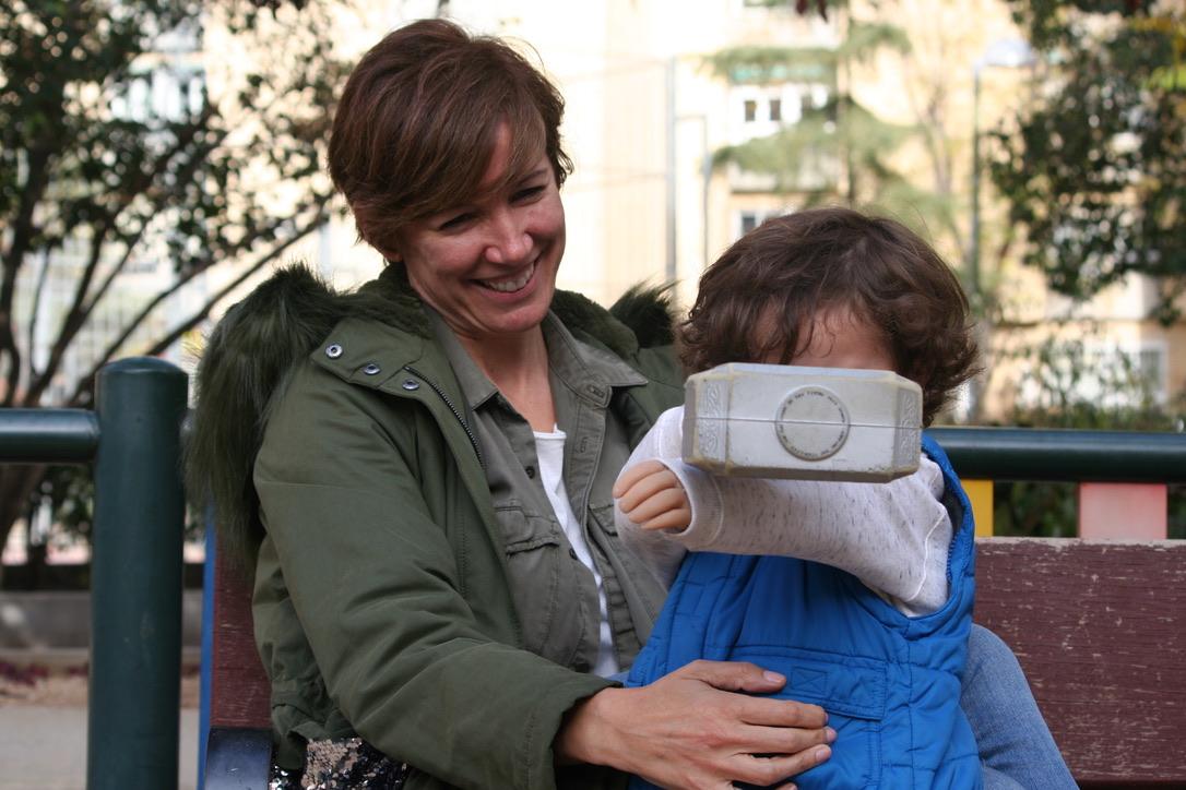 Marta Landín con su hijo en el parque