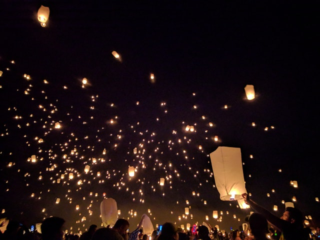 Lámparas de fuego subiendo al cielo