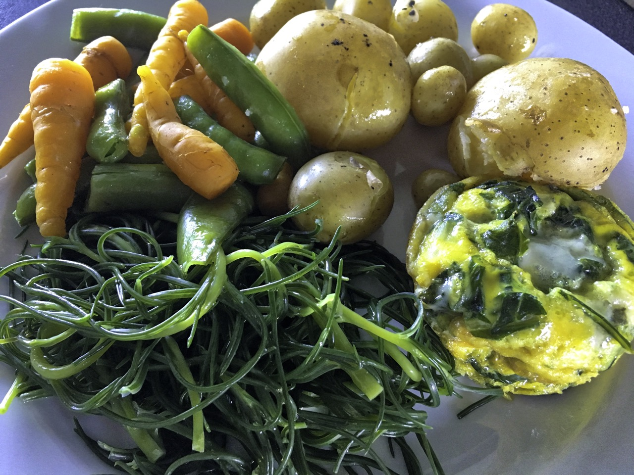 Finally making it to the table sprinkled with lemon juice and a glug of olive oil, served with Colleen potatoes, Jessy sugar snap peas and carrots from the garden. The muffin on the right comprises garden spinach & onions, Roquefort cheese and egg. C'était trop bon.