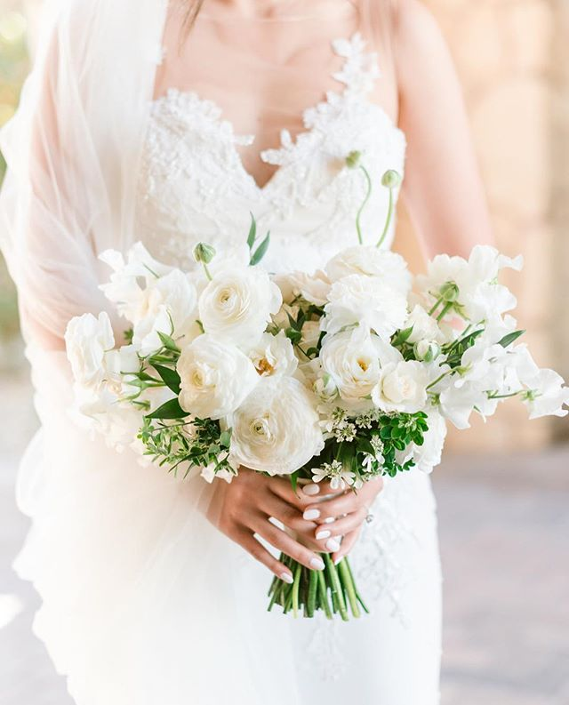 A white and green bouquet 💐 ftw also how gorgeous is this light 🤩☀️ #whenthelightisright ✨ @agoodaffair Planning, Design and Production: @agoodaffair #agoodaffairweddings Photographer: @sanazphotography Florist: @theflowerboutiqueinc  DJ/MC: @elon_events @joshsmiles_inviscus @dante.le  Photo Booth: @partyboothtique Beauty: @beautybykellytran  Venue: @oakcreekgolf #tentwedding #hsuntobe