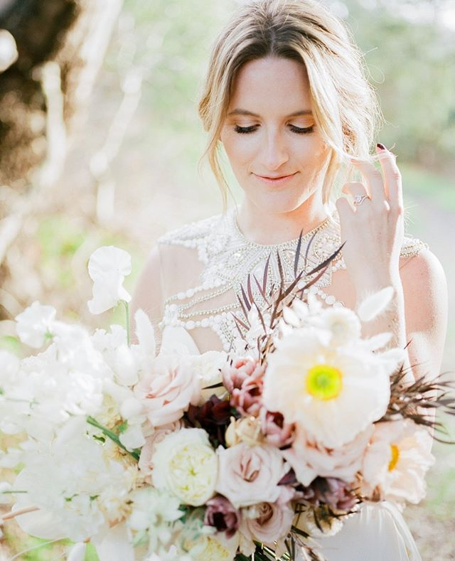 Our lovely bride, Erika, showing off those gorgeous @cocorosedesign blooms! #weddingstylingworkshop #photographyworkshop #weddingworkshop #weddingphotographyworkshop