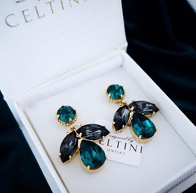 Gorgeous Floral Earrings in Emerald and Jet ✨ www.celtini.com ——————————–———— #celtini #celtiniofficial #celtinijewelry #earrings #swarovski #örhängen #smycken