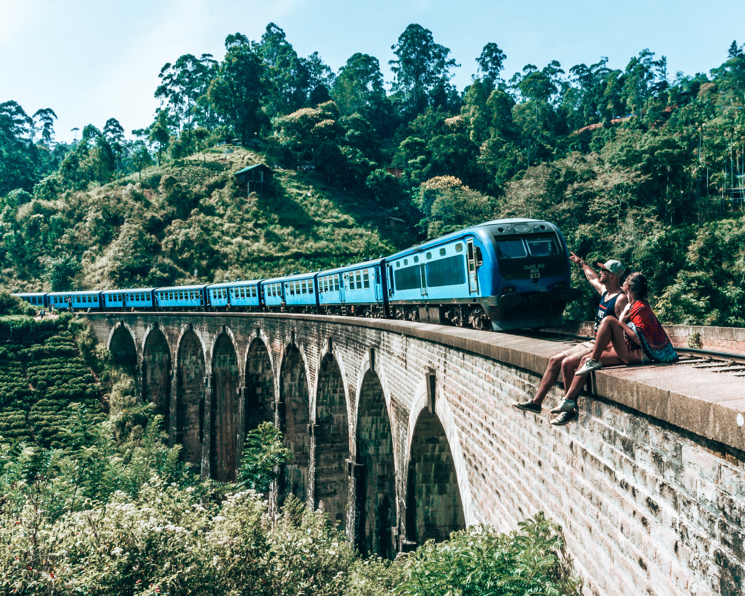 Travel like a local - A guide to traveling in Sri Lanka - Craving Adventure - Ella - Nine Arch Bridge - Train - Couple - Blog