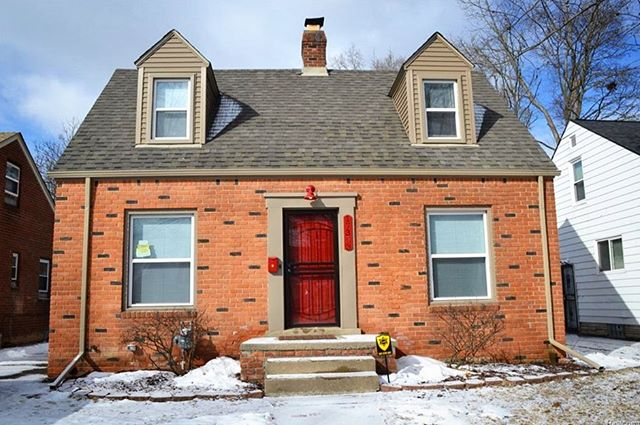 If you can love a house in the snow, you can love it any time. 🏡 Located in charming Grandmont-Rosedale, this move-in ready 2-bedroom colonial is listed at $85,000. Could it be yours? • • • For inquiries, contact Cheryl V Davis from Robinson Realty & Management Group at (313) 477-4564 • • • Address: 17353 Fielding St, Detroit 48219 • • • #detroithomes #detroitrealestate #grandmontrosedale #detroit #313love #developdetroit #revolutionhomes #moveinready