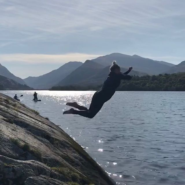Do we dive or jump? The biggest decision at yesterday's swim meet. Simple pleasures 🙌 #sharetheswimlove #wildswimsnowdonia #wildswimming #eryri #llynpadarn