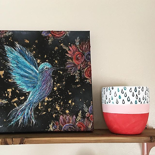 A new pot chilling with Mr. hummingbird on the kitchen shelf. Is it spring yet? . . . . . #sasperrydesigns #shelfie #urbanjungle #seekinspirecreate #bedeeplyrooted #urbanjungleblogger #plant #plantsofinstagram #plants #plantas #plantsmakepeoplehappy #plantstyling #plantparenthood #plantgang #plantaddict #planter #planters #plantdecor #nature #planted #plantes #plantmom #planthoarder #plantlovers #plantnerd #decor #decoration #homedecor #indoorplantsdecor