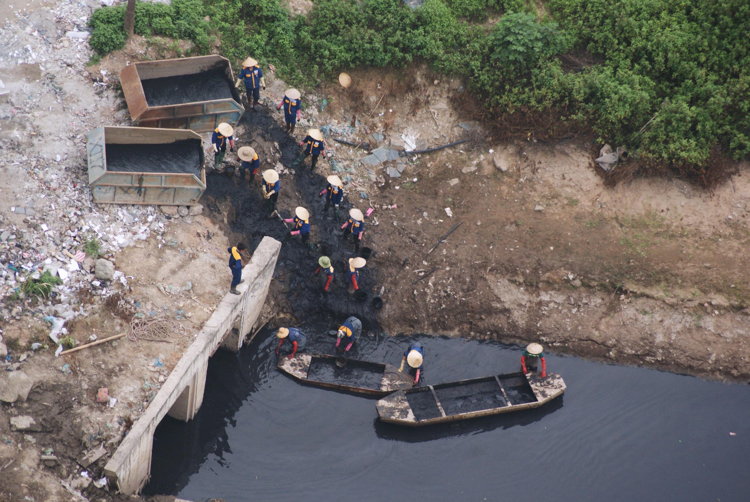 베트남 하노이의 열악한 하수도 준설 현장