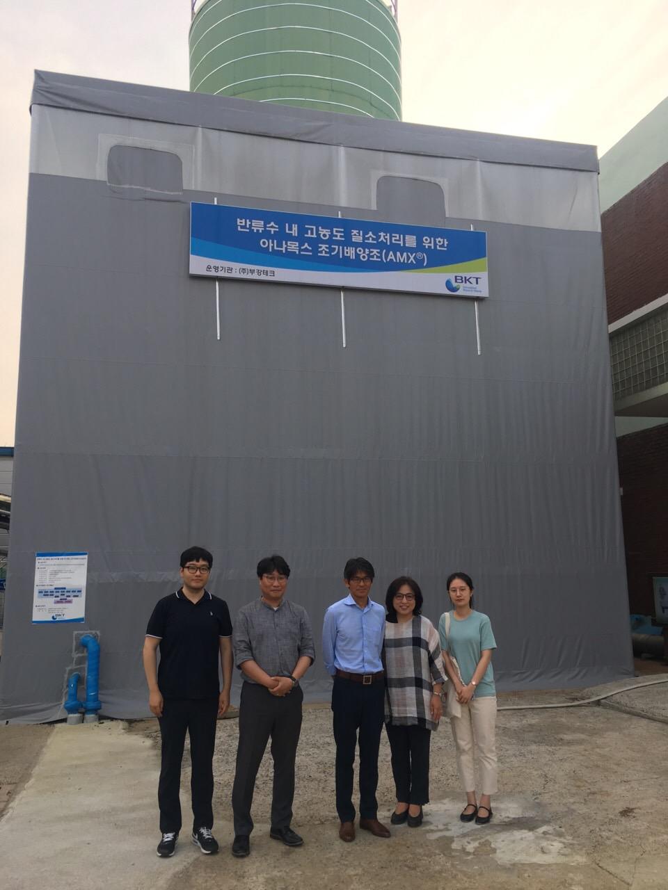 부산 강변대량배양조 를 방문한 오카베 교수와 조순자 교수