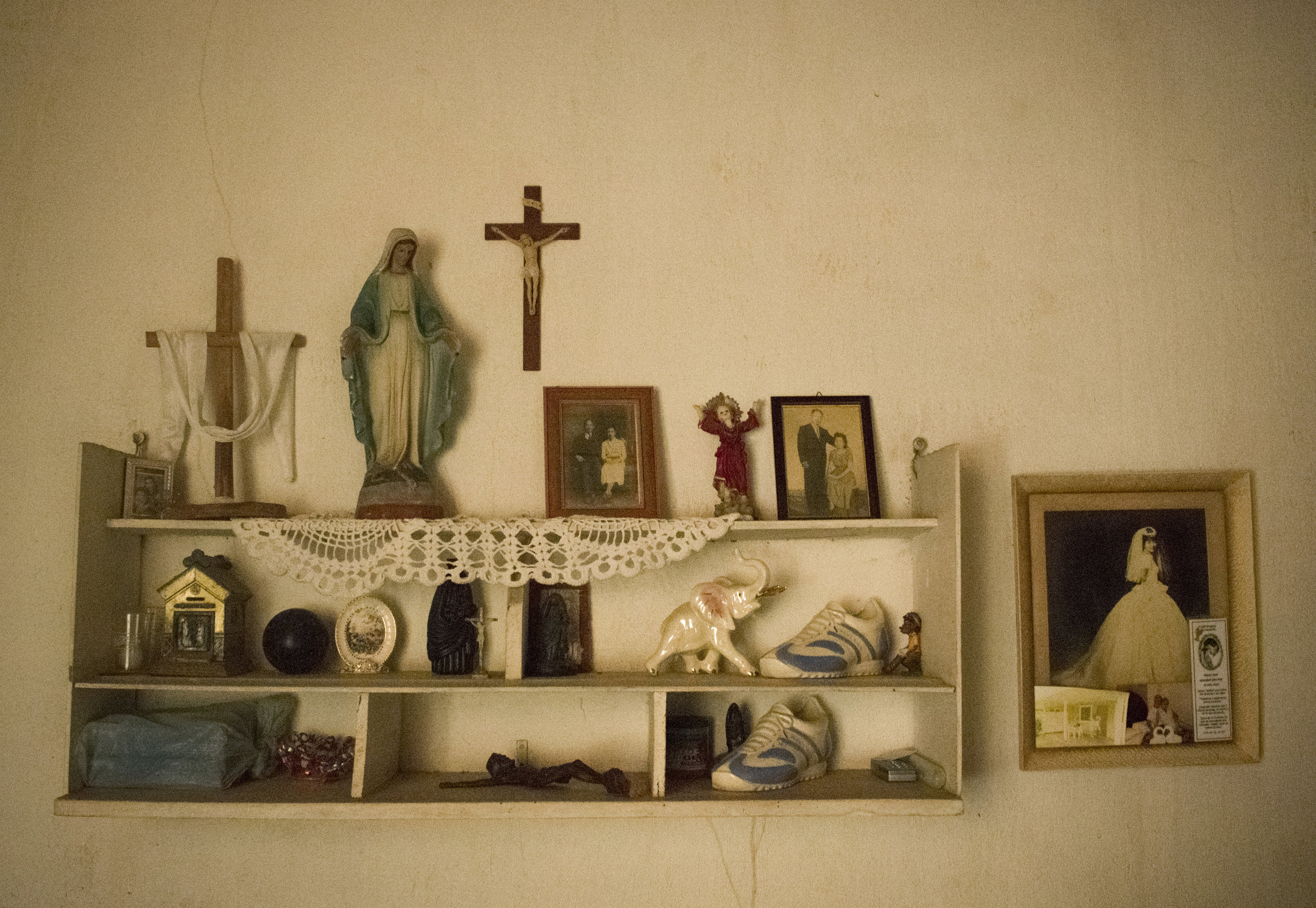 12.A shelf in the Sánchez-Li house..JPG