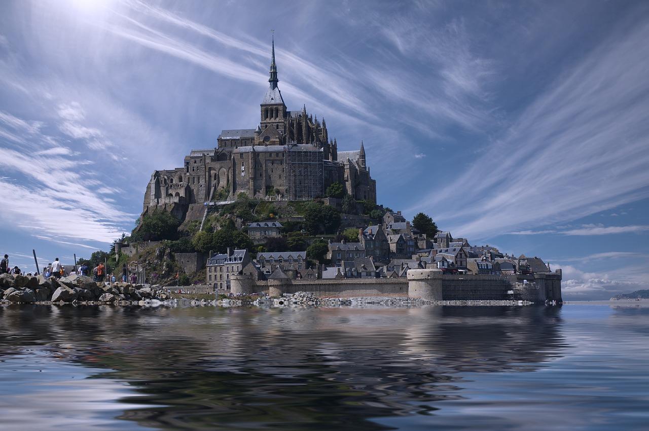 Mont-Saint-Michel ist eine ehemalige Benediktiner-   Abtei    im Nordosten    Frankreich