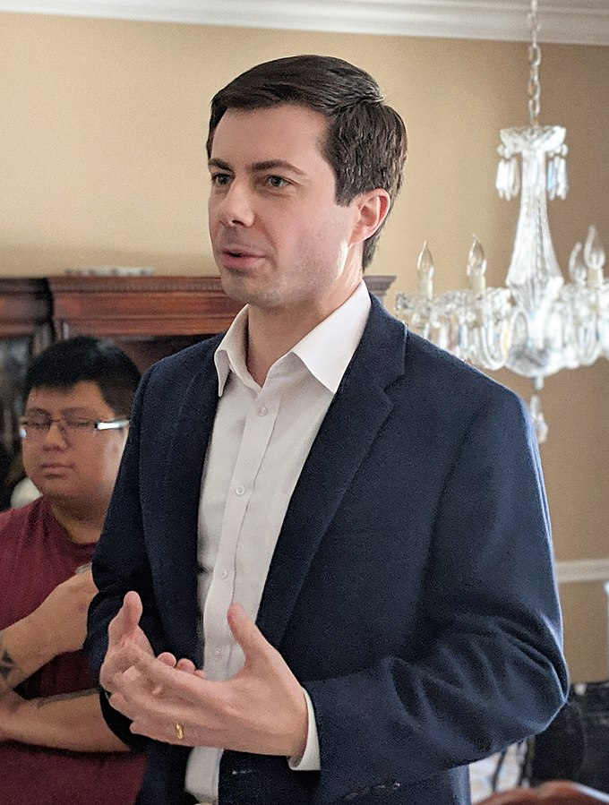 Quelle: marcn [CC BY 2.0 ( https://creativecommons.org/licenses/by/2.0)]  File URL:  https://upload.wikimedia.org/wikipedia/commons/6/6e/Pete_Buttigieg_-_33249197628_%28cropped%29.jpg