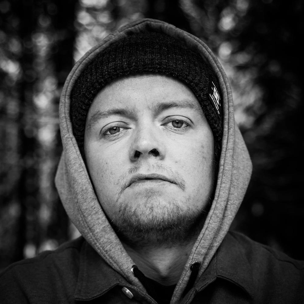 """JAA9 - Det er en høyaktuell rap-legende som legger ut på veien i 2019.Jaa9 serverer et klassisk og hardtslående show, der han plukker kirsebær fra egne album og samarbeidsprosjekter med andre opp gjennom tidene.I 2018 har Jaa9 gitt oss albumet """"I Skyggen"""", som han både har produsert og laget egne beats til. Albumet har gitt oss knallåtene """"Oppi Her"""", """"Folk"""" og """"Helt alene"""" feat Snow Boyz. På plata finner vi også spor med OnklP.Jaa9 slapp singelen """"LEVEL UP"""" fredag 19.April"""