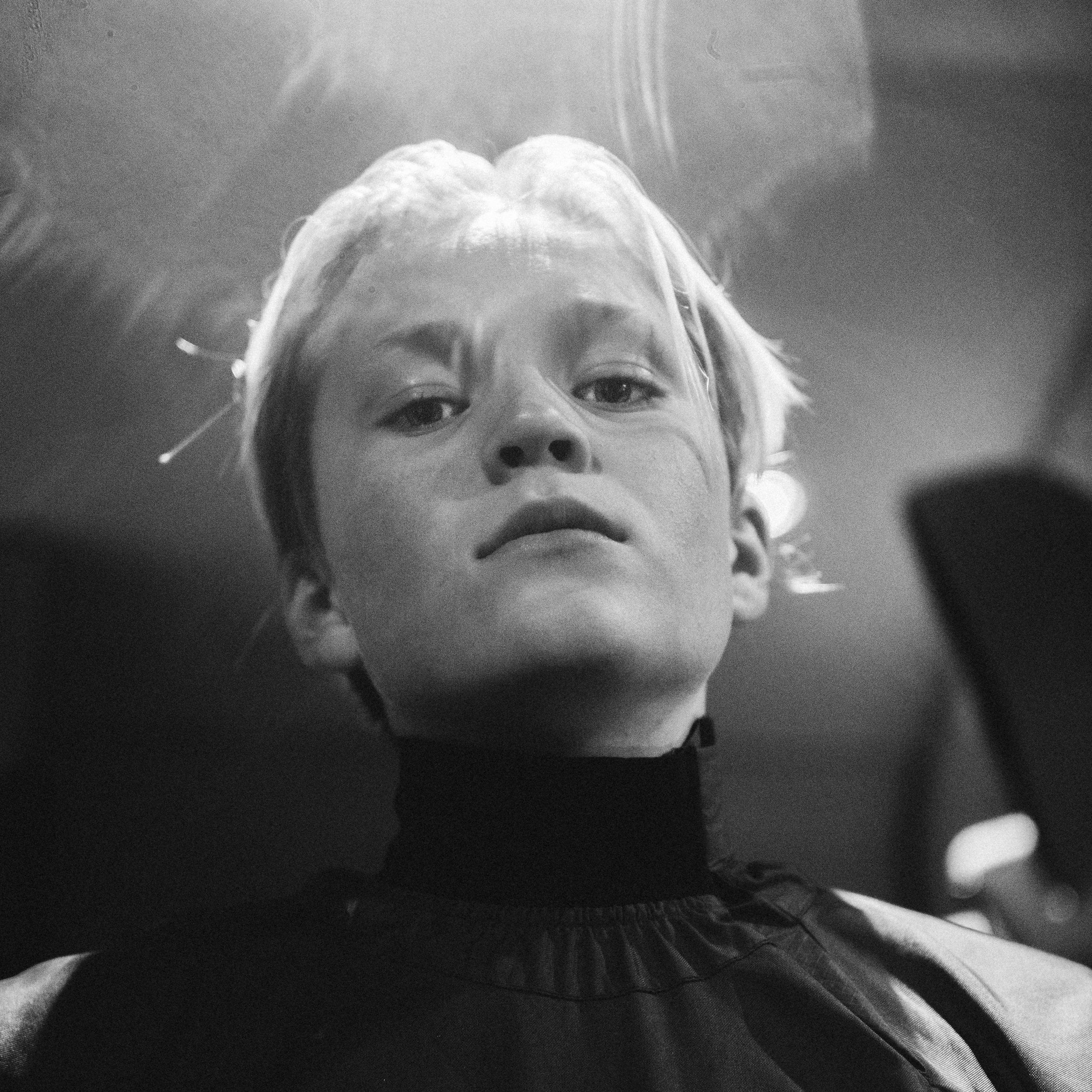 MACHOMAYNE - Machomayne er yngste medlem i FULL EFFEKT/NMG-gjengen, og Norges første barnerapper.. .siden Ståle Stil.Skjønt, barn og barn. Han er akkurat blitt tenåring, men har laget musikk siden han var åtte år, med sin pappa og storebror.Etter at låten «Fidget Spinner» tok av på nettet, var veien kort til Bergens-bølgens hovedkontor.Med sin ungdommelige energi, og en tilstedeværelse stort sett forbeholdt artister med et langt liv på scenen bak seg, har han sjarmert det bergenske konsertpublikummet i senk.Nå står Nordland for tur!