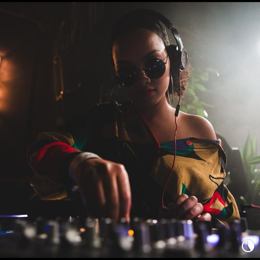 DJ BEATRIIXX - BEATRIIXX beskriver seg selv som en gammel sjel i en ung kropp og det representeres gjennom musikken hun spiller! For utenom de gamle, gode, soul-fulle klassikerne lager hun også plass til nye, magiske hitter, som er å finne på markedet.Hun har spilt på flere av Oslos utesteder, i Birmingham, London, Los Angeles, og varmet opp for artister som RnB duoen THEY.Du hører Beatriixx hver fredag, når hun er DJ og co- host på radioshowet National Rap Show på NRK P3.