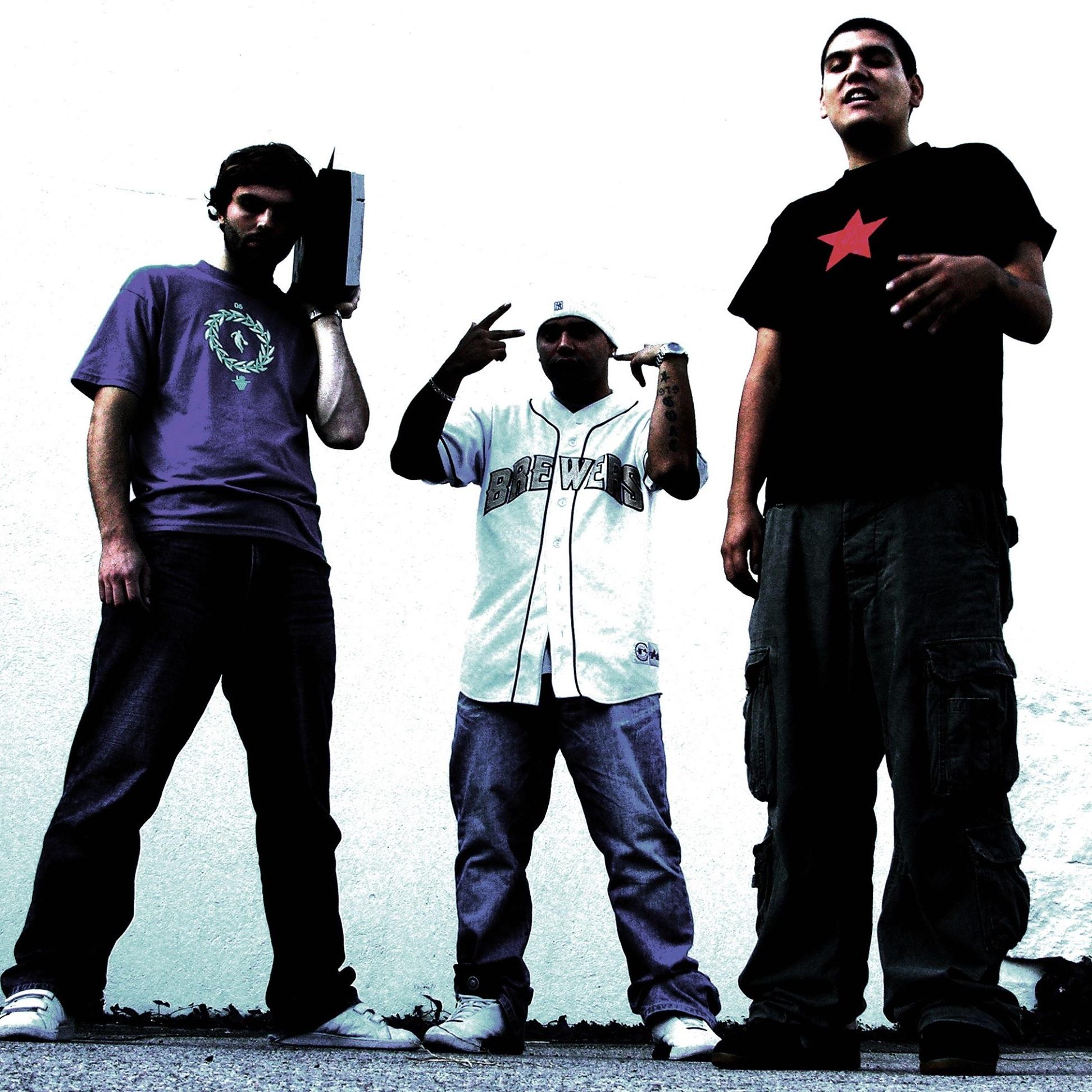 DARKSIDE OF THE FORCE - Trioen består av brødrene Salvador Sanchez og Oscar Sepulveda samt DJ Breakneck, og tilhører den absolutte elite når vi snakker old school-legender i Norge.Det selvtitulerte debutalbumet ble utgitt av Christer Falck i 1998. Dessverre fokuserte media mere på «hiphop-krigen» enn det faktum at vi hadde fått en av de første virkelige klassikerne i hiphop-sjangernen her til lands.Albumet kom endelig ut på vinyl i år, og kom dermed akkurat for seint til sitt eget 20-årsjubileum.Oppfølgeren «El Dia De Los Puercos» kom ikke før åtte år senere, men ble fulgt opp med konserter på datidens største norske musikkfestivaler, samt smykket med spellemannspris i hiphop-kategorien.
