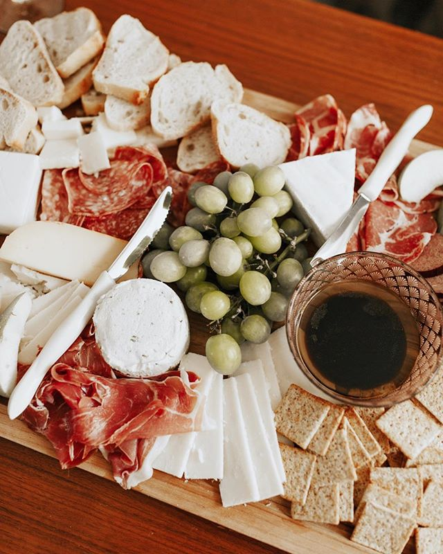 We believe in the art of gathering over good food with friends. What are some of your favorite things to put on your charcuterie board? 🍓🥖🍷