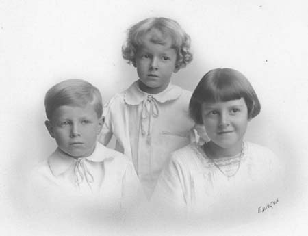 children_portrait_c1920s_14543041556_o.jpg