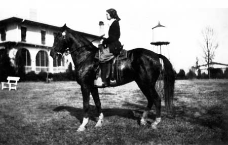 elizabethhardenridinghorse_queen_xmas1922_14379689377_o.jpg
