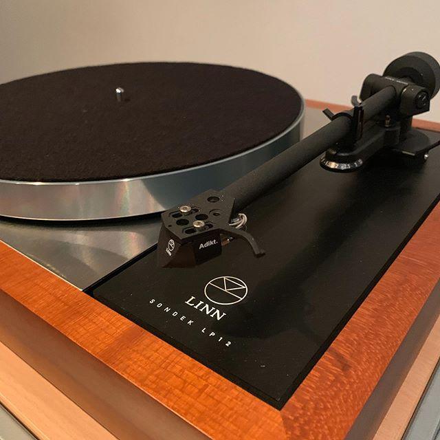 Adikted to the sound 😍  Contact us to audition sales@audiogenesis.com.au — Linn Majik Sondek LP12 w/ Akito tonearm — #audiogenesis #hifi #audiophile #linn #lp12 #sound #audio #turntables #vinyl #linnlp12 #tonearm #cartridge