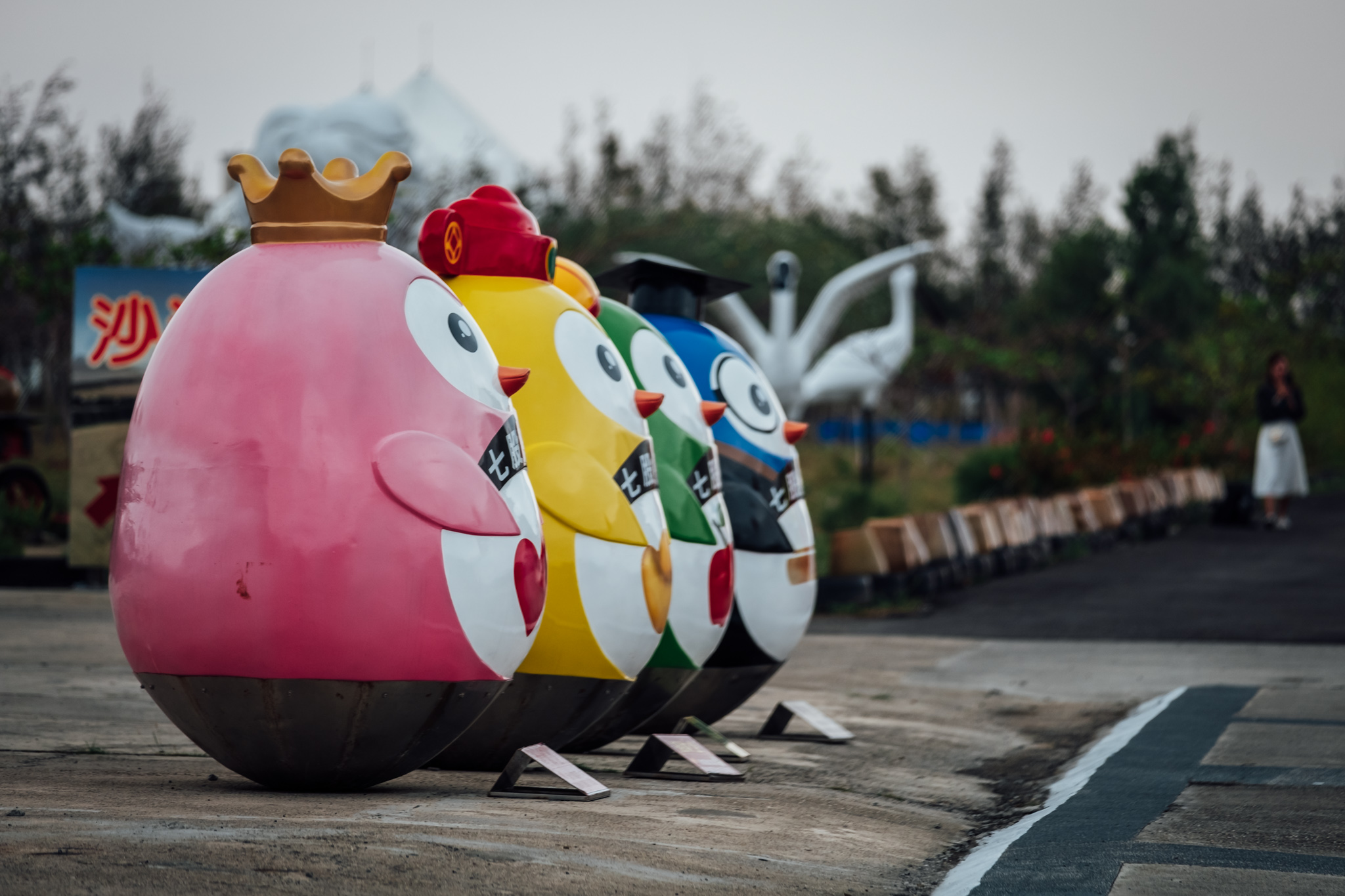 Penguins at the entrance of the amusement park at of Qigu Salt Mountain - Fujifilm X-H1 / XF50-140mmF2.8