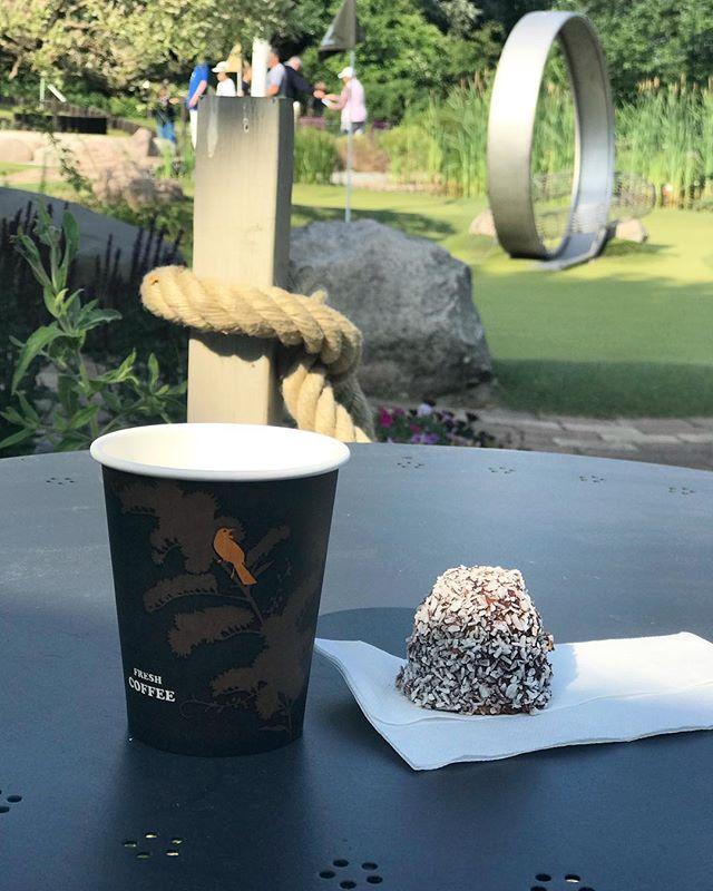Kaffe och kaka framför vår vackra minigolfbanan ☕️🍪