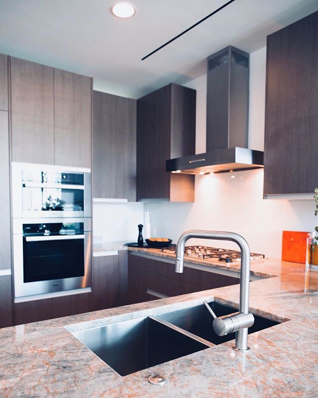 Need a luxury apartments in Uptown, Deep Ellum or Victory Park? Contact Apartments Near Me to get the process started!!! We love the stainless steel appliances/countertops in this kitchen and the unique accents in the restroom! Tell us if you'd move into this apartment In the comments below 👇🏼 • Click on the link in our bio to get your FREE apartment locating process started!#luxuryapartments