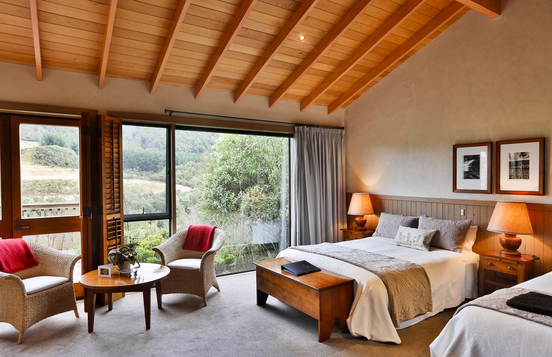 1360x880-the-lodge-bedroom-stay.jpg