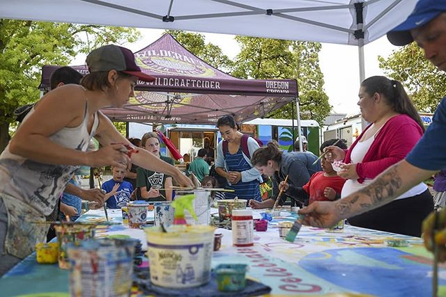 Did you check out the community art project at the September Shindig? We loved seeing community hands at work painting and collaborating to make such a beautiful piece!! 🎨🖌️😁 . 📸 Photo credit Christopher Trotchie . #letsdesignets #eugenetownsquare #eugparkblocks #cityofeugene #getinvolved #oregon #eugeneoregon #downtown #september #shindig #art #community #mural #artproject