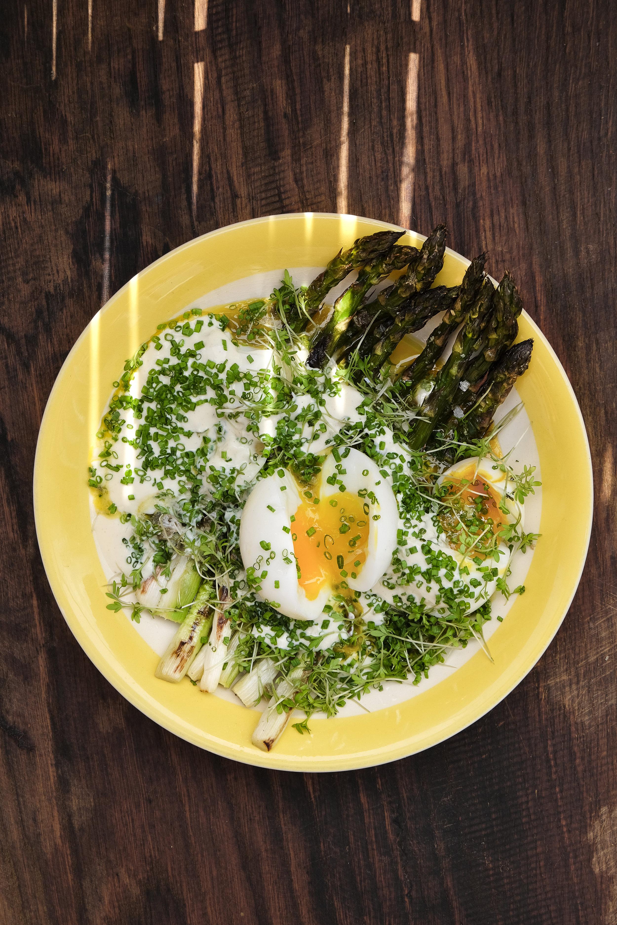 Groene asperges met zachtgekookte eieren, kappertjes en mosterdsaus 2.jpg