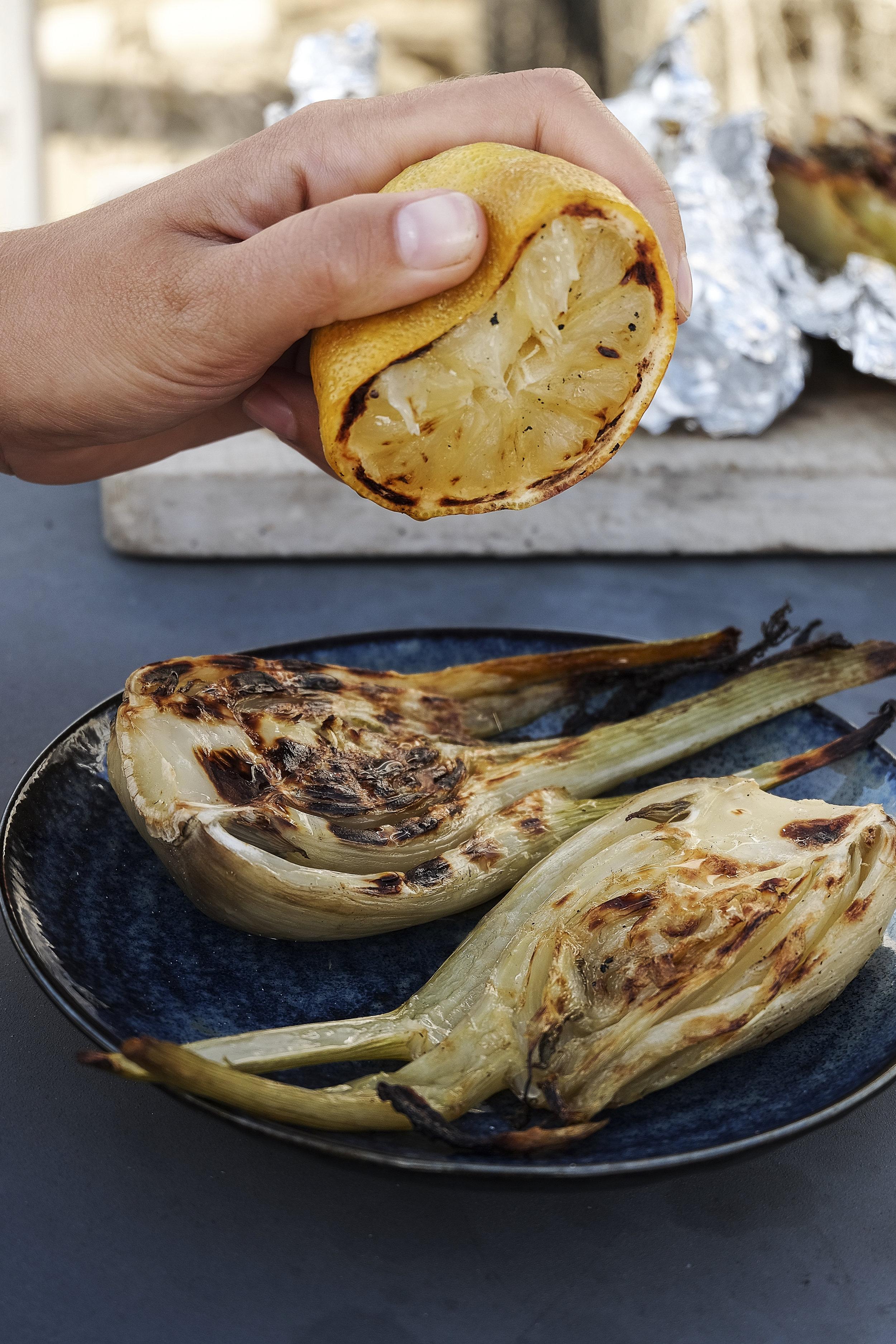 Venkel met parmezaanse kaas en gebarbecuede citroen.jpg