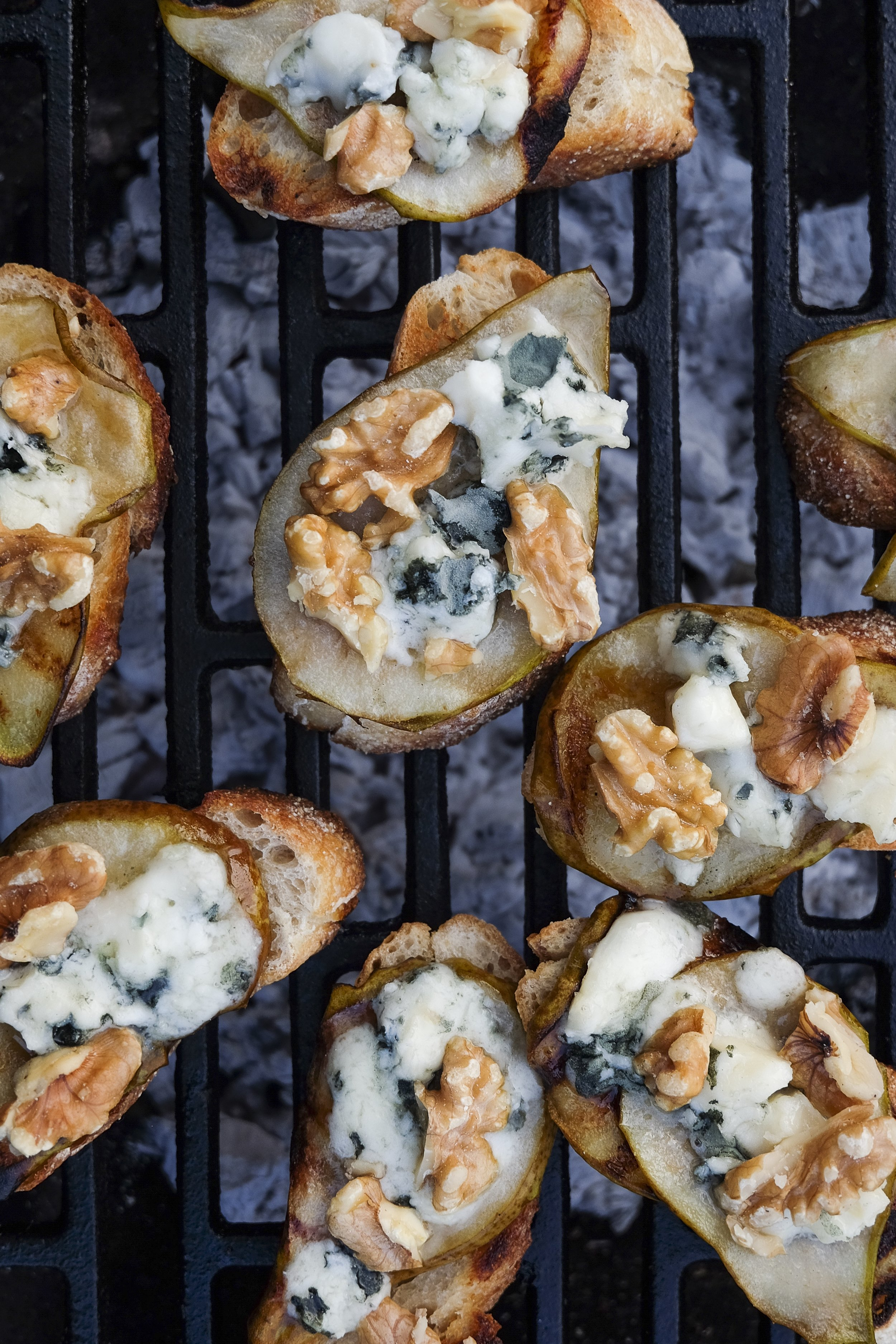 Crostini met peer, gorgonzola en walnoten.jpg